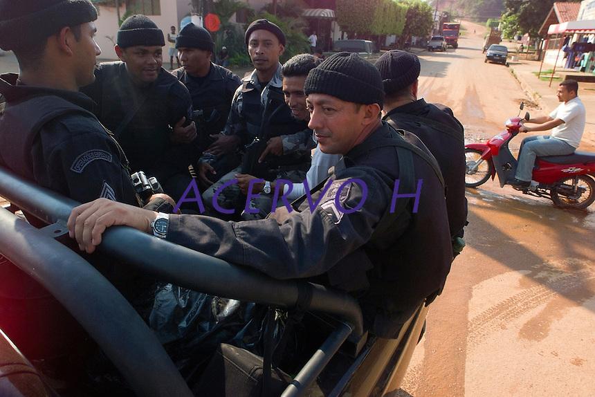 Policiais militares aguardam para sair de barco pelo rio fresco afluente do Xingu,  para localizar cerca de 20 acusados de pistolagem , sendo que cinco dos deles ja est&bdquo;o com pris&bdquo;o preventiva decretada , para cobrir a &middot;rea a pol militar est&middot; trabalhando com mais de 200 homens.<br /> Sao Felix do Xingu, Par&middot;, Brasil.<br /> Foto Paulo Santos/Interfoto<br /> 18/09/2003