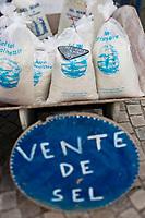 Europe/France/Pays de la Loire/44/Loire Atlantique/Assérac: Sel marin, Sel de Guérande sur le marché des producteurs //  France, Loire Atlantique, Asserac, : France, Loire Atlantique, Asserac, Sea salt, salt Guerande market producers