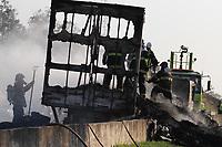 Campinas (SP), 29/07/2020 - Acidente-SP - Um caminhão pegou fogo na manhã desta quarta-feira (29) no Anel Viário Magalhães Teixeira, próximo ao trevo de Valinhos, no sentido da Rodovia D. Pedro, em Campinas. O incêndio chegou a bloquear as duas pistas da rodovia por causa da forte fumaça que impedia a visualização dos motoristas. A pista sentido sentido Bandeirantes do Anel Viário Magalhães teve uma faixa e o acostamento liberados na altura do km 7 por volta das 7h30. Porém, o acidente causou reflexo no trânsito em toda a região com lentidão em rodovias como a Anhanguera. Não houve vítimas.