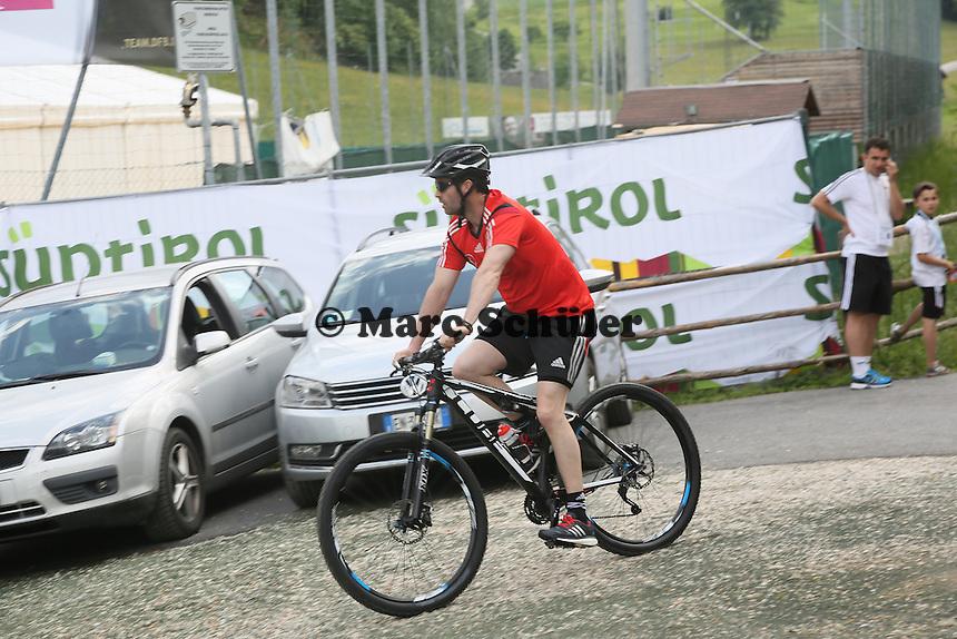 Fitnesstrainer Shad Forsythe kommt mit dem Mountainbike zum Testspiel - Testspiel der Deutschen Nationalmannschaft gegen die U20 zur WM-Vorbereitung in St. Martin