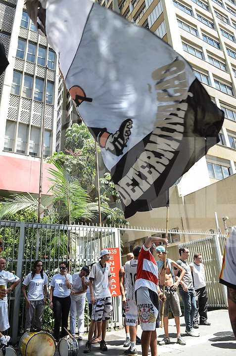 SAO PAULO, 12 DE MARCO DE 2013 - PROTESTO CORINTHIANS - Torecdores do Corinthians em concentração para ato de protesto em frente ao Consulado da Bolivia, na Avenida Paulista, região central da capital, no inicio da tarde desta terca feira, 12.  (FOTO: ALEXANDRE MOREIRA / BRAZIL PHOTO PRESS)