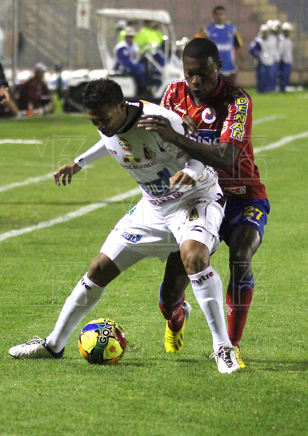 PASTO - COLOMBIA - 03-06-2013: John Montaño (Izq.) jugador del Deportivo Pasto disputa el balon con Davinson Monsalve  (Der.) jugador de Deportes Tolima de durante el partido en el estadio Libertad de la ciudad de Pasto, julio 3 de 2013. Deportivo Pasto y Deportes Tolima durante partido por la quinta fecha de las semifinales de la Liga Postobon I. (Foto: VizzorImage / Leonardo Castro / Str). John Montaño (L) player of Deportivo Pasto fights for the ball with Davinson Monsalve (R) of Deportes Tolima during a game in the Libertad Stadium in Pasto city, julio 3, 2013. Deportivo Pasto y Deportes Tolima in a match for the fifth round of the semifinals of the Postobon I League. (Photo: VizzorImage / Leonardo Castro / Str).