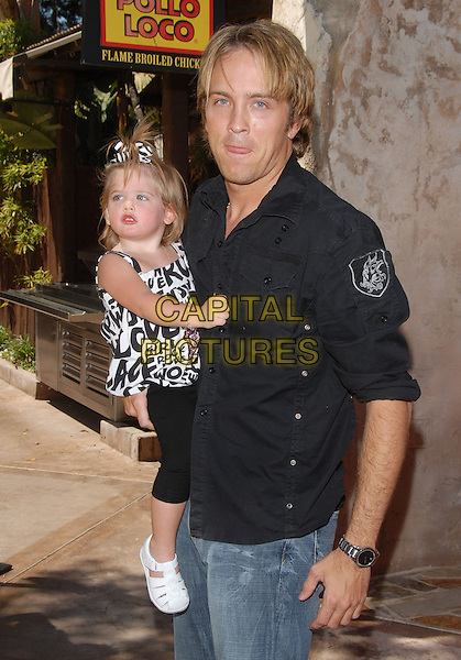 "LARRY BIRKHEAD & daughter DANIELYNN .at ""The Simpsons Ride"" Opening at Universal Studios Hollywood in Universal City, California, USA,. May 17,2008                                                                     .half length baby Anna Nicole Smith's daughter black shirt.CAP/DVS.©Debbie VanStory/Capital Pictures"