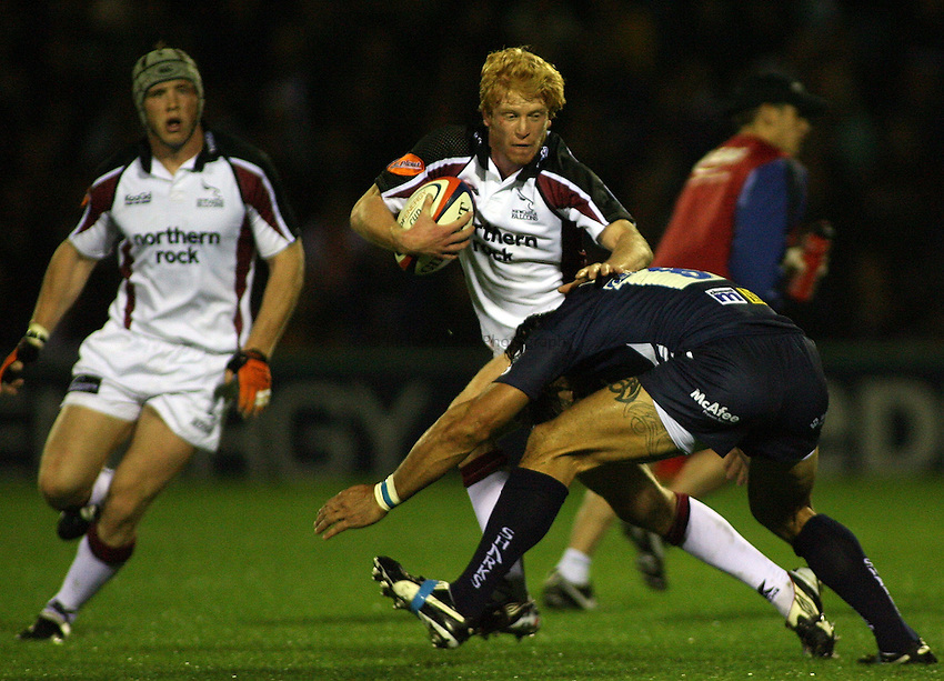 Photo: Paul Thomas..Sale Sharks v Newcastle Falcons. EDF Anglo-Welsh Cup. 29/09/2006...Tom Dillon of Newcastle tries to fend off Sebastien Chabel.