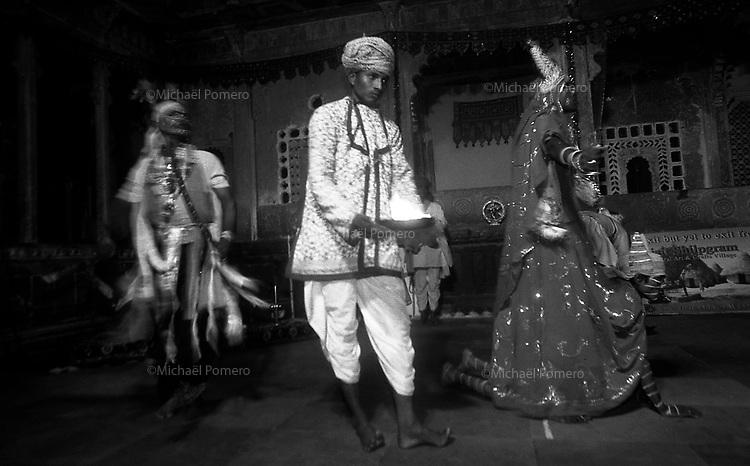 11.2010 Udaipur (Rajasthan)<br /> <br /> Dance show .<br /> <br /> Spectacle de danse du rajasthan.