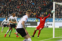 Schuss von Marius Wolf (Eintracht Frankfurt) landet am Pfosten - 03.11.2017: Eintracht Frankfurt vs. SV Werder Bremen, Commerzbank Arena