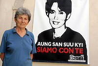 L'attivista femminista Edda Billi posa davanti a un ritratto di Aung San Suu Kyi nella sede della Casa Internazionale delle Donne, a Roma, 23 luglio 2009..Women rights activist Edda Billi portrayed in front of a picture of Aung San Su Kyi at the Women's International House in Rome, 23 july 2009..UPDATE IMAGES PRESS/Riccardo De Luca