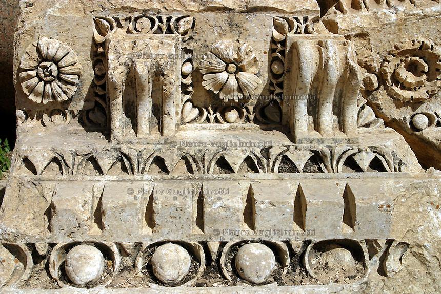 LIBANO A circa 90 km da Beirut, nella valle della Bekaa, si trova il sito di Baalbek, luogo dedicato al dio fenicio Baal, in seguito dai greci denominata Eliopolis (città del sole) e divenuta poi in epoca romana (Colonia Julia Felix)  luogo di culto di Giove.Impressionante l'acropoli, di cui fanno parte i templi di Giove , del cui portico restano solo 6 imponenti colonne di oltre 20 metri di altezza, il tempio di Bacco, con belle decorazioni e il tempio di Venere, divenuto basilica in periodo cristiano. Nei pressi delle rovine sorge il Museo  della Liberazione Palestinese (dal 1975 la zona è il quartier generale degli hezbollah). Nell'immagine: particolare di un fregio. con fiori e decorazioni.