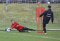 """Torwart Jan Zimmermann (Eintracht Frankfurt) und Torwarttrainer Manfred """"Moppes"""" Petz (Eintracht Frankfurt) - 04.04.2018: Eintracht Frankfurt Training, Commerzbank Arena"""