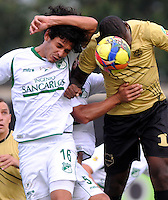 ITAGÜI- COLOMBIA -30-03-2013:  Cristian Nazarith (Der.) del Itagüi Ditaires disputa el balón con Nery Bareiro (Izq.) del Deportivo Cali durante partido por la Liga de Postobon I en el estadio Metroplolitano Ditaires de la ciudad de Itagüi, marzo 30 de  2013. (Foto: VizzorImage / Luis Rios / STR). Cristian Nazarith (R) of Itagüi Ditaires figths the ball with Nery Bareiro (L) of Deportivo cali during a match for the Postobon I League at the Metropolitano Ditaires stadium in Itagüi city, on March 30, 2013, (Photo: VizzorImage / Luis Rios / STR.).