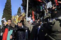 Roma, 23 Febbraio 2011.Via Nomentana, ambasciata Libia.Manifestazione contro il massacro in Libia e contro la repressione del governo di Gheddafi..I manifestanti strappano le bandiere verdi  dall'ambasciata, le bruciano e le sostituiscono con  quelle rosso nero e verde antecedenti la dittatura di Gheddafi della Libia governata dai Senussi..Innalzano cartelli con foto di Gheddafi  insieme a Berlusconi e gigantografie del capo della resistenza contro gli italiani  Omar Al-Mukhtar..Italiano.?.Inglese.?.Traduci testo o pagina web.Digita il testo o l'indirizzo di un sito web oppure traduci un documento..Annulla.Ascolta.Trascrizione fonetica.Traduzione da Italiano verso Inglese.Rome, February 23, 2011.Via Nomentana, Libya Embassy.Demonstration against the massacre in Libya and the government  against Gaddafi..Protesters tear green flags from the embassy, burned  them and replace with red   black and green ones  .Lift up signs with pictures of Gaddafi and Berlusconi with giant posters of the leader of the resistance against the Italians Omar Al-Mukhtar.