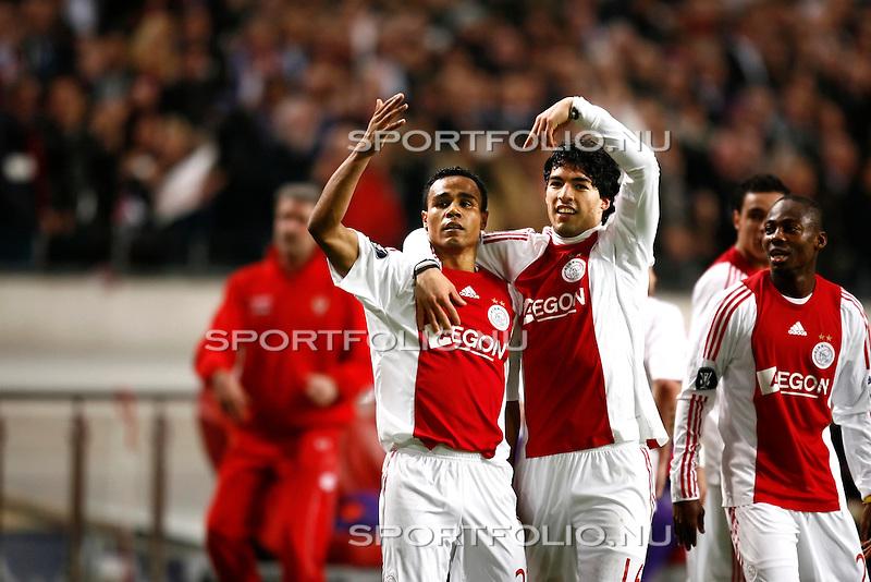 Nederland, Amsterdam, 26 februari 2009..UEFA Cup.Seizoen 2008-2009.Ajax-Fiorentina (1-1).Leonardo van Ajax (l) juicht en wordt gefeliciteerd door Luis Suarez (m) na het scoren van de 1-1 en schiet Ajax naar de achtste finales van de UEFA Cup