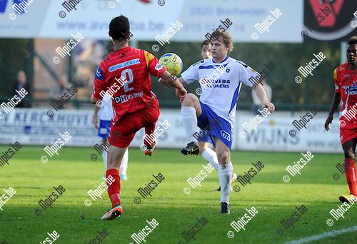 2012-10-21 / Voetbal / Seizoen 2012-2013 / Heist - White Star Woluwe / Bryssinck met Siegerd Degeling (r, Heist)..Foto: Mpics.be