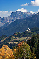 Schweiz, Graubuenden, Unterengadin, Herbstlandschaft mit Blick auf Schloss Tarasp in der Ferne und den Unterengadiner Dolomiten | Switzerland, Graubuenden, Lower Engadin, autumn scenery with Castle Tarasp and Lower Engadin Dolomites mountains