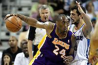 NWO13. NEW ORLEANS (EEUU), 24/04/2011.- El jugador de los Lakers de Los Ángeles Kobe Bryant (i) intenta superar la marca de Marco Belinelli (d) de los Hornets de New Orleans Monty Williams dirige a sus jugadores ante hoy, domingo 24 de abril de 2011, en un partido de la NBA disputado en el New Orleans Arena en New Orleans (EEUU). EFE/DAN ANDERSON/PROHIBIDO SU USO PARA CORBIS