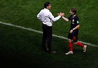 MOSCU - RUSIA, 11-07-2018: Zlatko DALIC técnico de Croacia saluda a Luka MODRIC durante partido de Semifinales contra de Inglaterra por la Copa Mundial de la FIFA Rusia 2018 jugado en el estadio Luzhnikí en Moscú, Rusia. / Zlatko DALIC coach of Croatia shake hand with Luka MODRIC during match of Semi-finals for the FIFA World Cup Russia 2018 played at Luzhniki Stadium in Moscow, Russia. Photo: VizzorImage / Julian Medina / Cont