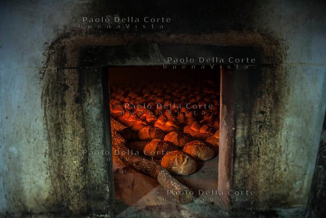 Altamura - Il forno Di Gesù durante la produzione del pane tipico di Altamura. La fiamma ed il calore che aumentano negli ultimi minuti in cui il pane è all'interno del forno.