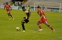 TUNJA - COLOMBIA -19 -11-2013: Emmanuel Prisco (Der.) jugador de Patriotas FC disputa el balón con Gelbert Mosquera (Izq.) jugador de Itagüi, durante partido por la sextafecha  de la Liga Postobon I-2014, jugado en el estadio La Independencia de la ciudad de Tunja. / Emmanuel Prisco (R) player  of Patriotas FC vies for the ball with Gelbert Mosquera (L) player of Itagüi during a match for the sixth date of the Liga Postobon I-2014 at the La Independencia  stadium in Tunjacity, Photo: VizzorImage  / Jose M. Palencia / Str. (Best quality available)