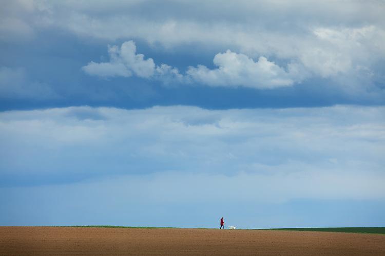 Europa, DEU, Deutschland, Nordrhein Westfalen, NRW, Rheinland, Niederrhein, Opherten, J&uuml;licher B&ouml;rde, Agrarlandschaft, Fr&uuml;hling, Spazierg&auml;nger.  Kategorien und Themen, Landwirtschaft, Landwirtschaftlich, Agrar, Agrarwirtschaft, Erzeugung, Landwirtschaftliche Produkte, Natur, Naturfoto, Naturfotos, Naturfotografie, Naturphoto, Naturphotographie, Landschaft, Landschaften, Landschaftsfoto, Landschaftsfotografie, Landschaftsphoto, Landschaftsphotographie<br /> <br /> [Fuer die Nutzung gelten die jeweils gueltigen Allgemeinen Liefer-und Geschaeftsbedingungen. Nutzung nur gegen Verwendungsmeldung und Nachweis. Download der AGB unter http://www.image-box.com oder werden auf Anfrage zugesendet. Freigabe ist vorher erforderlich. Jede Nutzung des Fotos ist honorarpflichtig gemaess derzeit gueltiger MFM Liste - Kontakt, Uwe Schmid-Fotografie, Duisburg, Tel. (+49).2065.677997, archiv@image-box.com, www.image-box.com]