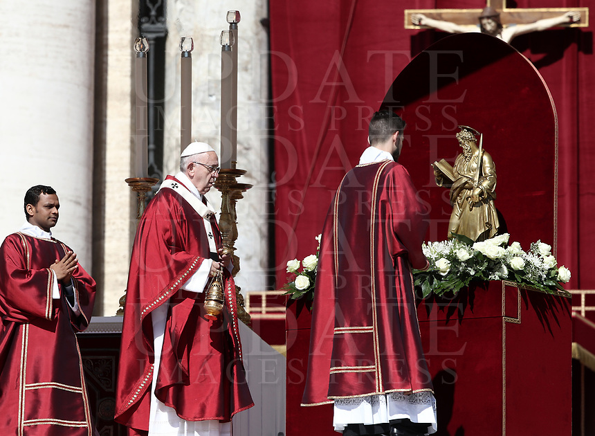 Papa Francesco celebra la Santa Messa della Solennità dei Santi Pietro e Paolo con i nuovi Cardinali ed i nuovi Arcivescovi Metropolitani in piazza San Pietro, Citta' del Vaticano, 29 giugno, 2018.<br /> Pope Francis celebrates a mass for the imposition of the Pallium upon the new metropolitan archbishops and the solemnity of Saints Peter and Paul in St. Peter's Square at the Vatican, on June 29, 2018<br /> .UPDATE IMAGES PRESS/Isabella Bonotto<br /> <br /> STRICTLY ONLY FOR EDITORIAL USE