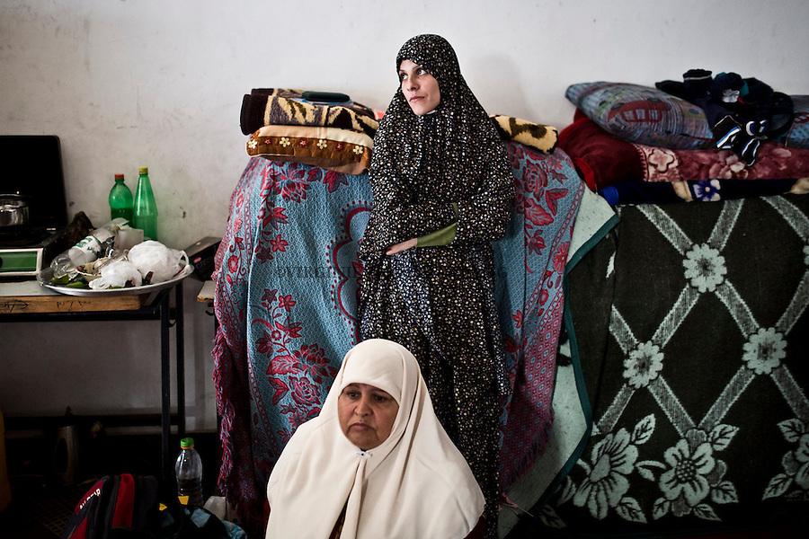 Gaza, Beach Camp: Shadia et sa belle mere. Leur maison a Beit Laya a &eacute;t&eacute; d&eacute;truite le premier jour de la guerre de l'&eacute;t&eacute; dernier. Elles se sont enfuies avec leur famille dont 3 enfants une fois qu'ils ont entendu que la zone allait &ecirc;tre bombard&eacute;e. &Agrave; l'heure actuelle, elles n'ont pas d'argent pour acheter une nouvelle maison et ne savent pas combien de temps elles vont rester dans l'&eacute;cole.<br /> <br /> Gaza,Beach Camp: Shadia and her step mother. Their house in Beit Laya was destroyed on the first day of the war last summer. They escaped with their 3 children once they heard that the area will be bombed. Right now, they have no money to buy a new house and don't know how long they will stay in the school.
