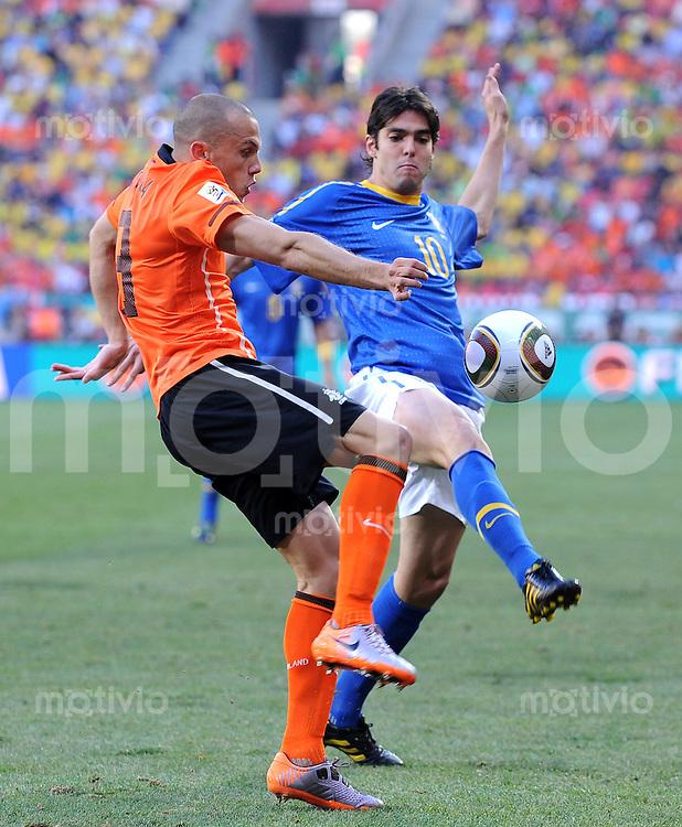 FUSSBALL WM 2010   VIERTELFINALE      02.07.2010 Holland - Brasilien John HEITINGA (li, Holland) gegen KAKA (re, Brasilien)
