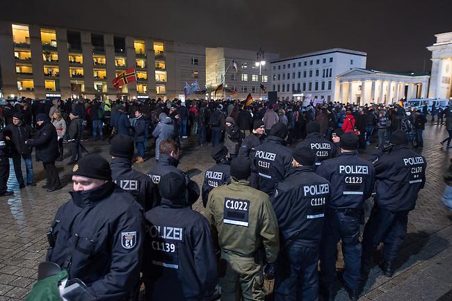 Etwa 200 Anhaenger des Berliner Ablegers rechten Pegida-Bewegung, Baergida, versammelten sich am Montag den 12. Januar 2015 in Berlin vor dem Brandenburger Tor zu einer Demonstration gegen eine angebliche Islamisierung Deutschlands.<br /> Unter den Anhaengern von Baergida waren viele bekannte militante Neonazis, der NPD und Hooligans sowie Mitglieder der Rechtsparteien AfD und Pro Deutschland und der rechtsradikalen German Defense League. Teilnehmer der Veranstaltung bruellten wiederholt &quot;Wir sind das Volk&quot; und &quot;Luegenpresse, auf die Fresse&quot; und hielten Schilder mit der Aufschrift &quot;Je suis Charlie&quot;.<br /> Im Bild: Polizei schuetz die Baergiga-Veranstaltung.<br /> 12.1.2015, Berlin<br /> Copyright: Christian-Ditsch.de<br /> [Inhaltsveraendernde Manipulation des Fotos nur nach ausdruecklicher Genehmigung des Fotografen. Vereinbarungen ueber Abtretung von Persoenlichkeitsrechten/Model Release der abgebildeten Person/Personen liegen nicht vor. NO MODEL RELEASE! Nur fuer Redaktionelle Zwecke. Don't publish without copyright Christian-Ditsch.de, Veroeffentlichung nur mit Fotografennennung, sowie gegen Honorar, MwSt. und Beleg. Konto: I N G - D i B a, IBAN DE58500105175400192269, BIC INGDDEFFXXX, Kontakt: post@christian-ditsch.de<br /> Bei der Bearbeitung der Dateiinformationen darf die Urheberkennzeichnung in den EXIF- und  IPTC-Daten nicht entfernt werden, diese sind in digitalen Medien nach &sect;95c UrhG rechtlich geschuetzt. Der Urhebervermerk wird gemaess &sect;13 UrhG verlangt.]