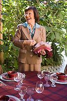 Afrique/Afrique du Nord/Maroc/Rabat: Hotel - Maison d'Hote Villa Mandarine repas dans le patio - Mme Claudie Imbert decore sa table [Non destiné à un usage publicitaire - Not intended for an advertising use]