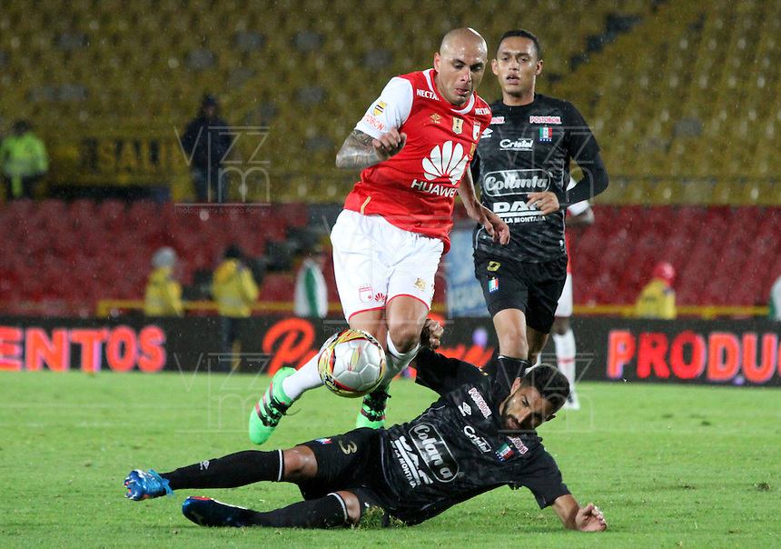 BOGOTÁ -COLOMBIA-28-MAYO-2016.Omar Perez (Izq.) de Santa Fe   disputa el balón con Hernan Menosse (Der.) del Once Caldas  durante partido por la fecha 20 de Liga Águila I 2016 jugado en el estadio Nemesio Camacho El Campin de Bogotá./ Omar Perez (L) of Santa Fe  fights for the ball withHernan Menosse (R) of Once Caldas  during the match for the date 20 of the Aguila League I 2016 played at Nemesio Camacho El Campin stadium in Bogota. Photo: VizzorImage / Felipe Caicedo / Staff