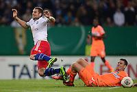 FUSSBALL   DFB POKAL   SAISON 2013/2014   2. HAUPTRUNDE Hamburger SV - SpVgg Greuther Fuerth                 24.09.2013 Pierre-Michel Lasogga (li, Hamburger SV) gegen Zsolt Korcsmar (re, Fuerth)
