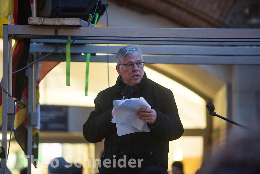 """Der sächsische AfD-Funktionär Roland Ulbrich hält eine Rede // Rund 300 Rechte, darunter Neonazis und AfD-Anhänger, versammelten sich unter dem Motto """"Nein zur GroKo"""" in Berlin."""
