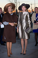 La reine Mathilde de Belgique &amp; la reine Maxima des Pays-Bas. Le roi Philippe de Belgique et la reine Mathilde de Belgique en visite d'&eacute;tat aux Pays-Bas, lors d'une rencontre au Th&eacute;&acirc;tre d'Amsterdam.<br /> Pays-Bas, Amsterdam, 28 novembre 2016.<br /> King Philippe of Belgium and Queen Mathilde of Belgium on a State Visit to The Netherlands, during a meeting between Queen Mathilde of Belgium and Queen Maxima of the Netherlands at the Amsterdam Theater.<br /> Netherlands, Amsterdam, 28 November 2016.