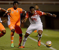 ENVIGADO -COLOMBIA-21-02-2016. Otto Franco (Izq) jugador de Envigado FC disputa el balón con Layvin Balanta (Der) jugador de Atlético Junior durante partido por la fecha 5 de la Liga Águila I 2016 realizado en el Polideportivo Sur de la ciudad de Envigado./ Otto Franco (L) player of Envigado FC fights for the ball with Layvin Balanta (R) player of Atletico Junior during match for the date 5 of the Aguila League I 2016 at Polideportivo Sur in Envigado city.  Photo: VizzorImage/ León Monsalve /STR