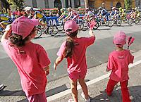NAPOLI 04/05/2013 PRIMA TAPPA  CIRCUITO NAPOLI 968 GIRO D'ITALIA.NELLA FOTO BAMBINI APPLAUDONO I CICLISTI.FOTO CIRO DE LUCA.Children claps the riders  during  the first stage of 96° Giro d''italia cycling race in Naples