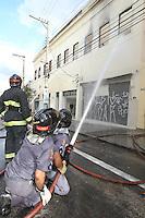 FOTO EMBARGADA PARA VEICULOS INTERNACIONAIS. SAO PAULO, SP, 10-11-2012, INCENDIO RUA SAO CAETANO. Um conjunto de lojas pegou fogo na tarde de hoje na Rua Sao Caetano no centro de Sao Paulo. cerca de 15 lojas foram destruidas, no local funcionavam lojas de vestidos de noivas. Cerca de 14 viaturas dos Bombeiros atenderam a ocorrencia. Luiz Guarnieri/ Brazil Photo Press