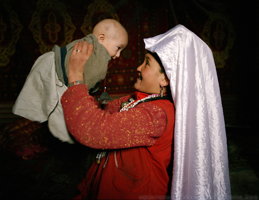 A Afghan Kyrgyz woman and her child. Campment of Ortobil (Sufi), all the way at the end of the Little Pamir, near the Tajik/China border.
