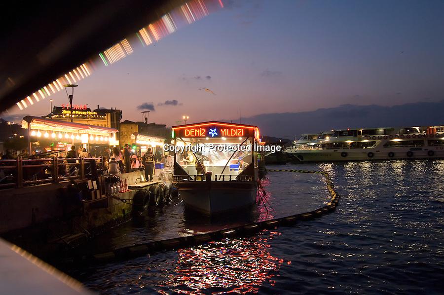 TURQUIA-ESTAMBUL.Puestos de comida sobretodo pescado en barcos sobre el Bosforo en la zona del puente de Galata en Estambul.foto JOAQUIN GOMEZ SASTRE©