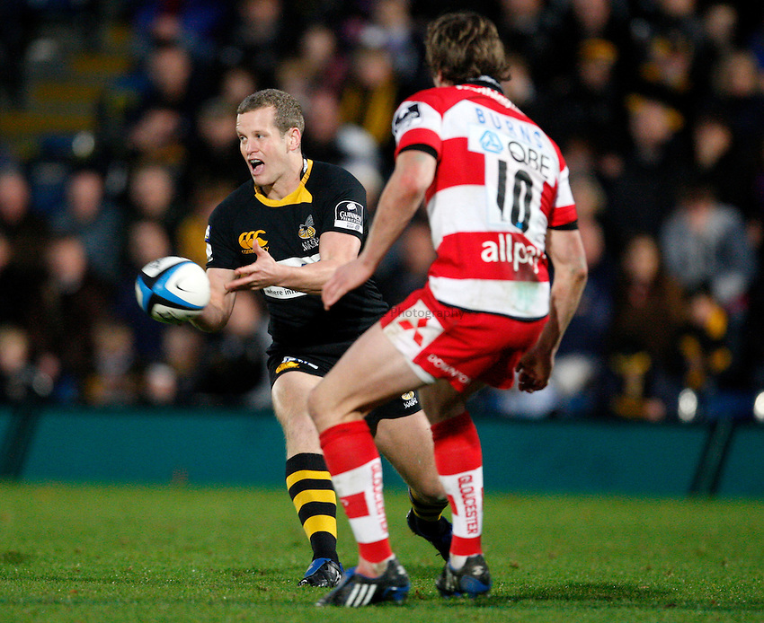 Photo: Richard Lane/Richard Lane Photography. London Wasps v Gloucester Rugby. LV= Cup. 15/11/2009. Wasps' Dave Walder passes.