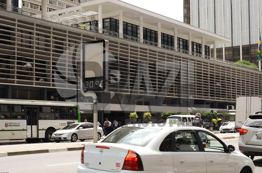 SÃO PAULO, SP, 13 DE JANEIRO DE 2012 - CLIMA TEMPO - Termômetros marcam  30 graus na região da Avenida Paulista na tarde desta sexta-feira,13. FOTO: ALEXANDRE MOREIRA - NEWS FREE.