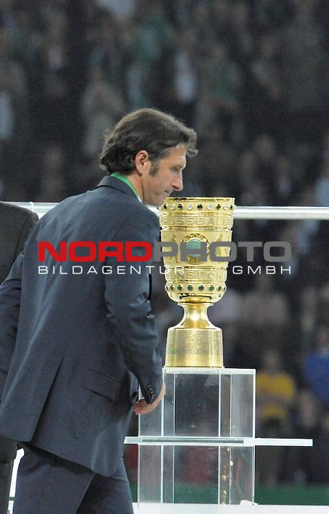 DFB Pokal 2008/2009 - Finale 30.05.2009 Maenner<br /> <br /> Bayer Leverkusen - Werder Bremen 0:1<br /> <br /> Pokalsieger Saison 2008/2009 Werder Bremen<br /> <br /> <br /> Bruno Labadia  (GER  Leverkusen #Coach - Trainer ) geht am Pokal vorbei <br /> <br /> Foto &copy; nph (  nordphoto  )<br /> <br />  *** Local Caption *** <br /> Fotos sind ohne vorherigen schriftliche Zustimmung ausschliesslich f&uuml;r redaktionelle Publikationszwecke zu verwenden.<br /> <br /> Auf Anfrage in hoeherer Qualitaet/Aufloesung