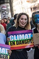 Manifestazione per il clima ragazza con cartello a difesa del clima