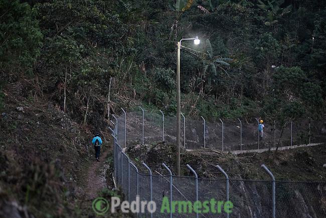 24 noviembre 2014.   <br /> La hidroel&eacute;ctrica renace (Coban, Guatemala) ha instalado una valla que obliga a los vecinos a rodearla para llegar a sus casas.<br /> La llegada de algunas compa&ntilde;&iacute;as extranjeras a Am&eacute;rica Latina ha provocado abusos a los derechos de las poblaciones ind&iacute;genas y represi&oacute;n a su defensa del medio ambiente. En Santa Cruz de Barillas, Guatemala, el proyecto de la hidroel&eacute;ctrica espa&ntilde;ola Ecoener ha desatado cr&iacute;menes, violentos disturbios, la declaraci&oacute;n del estado de sitio por parte del ej&eacute;rcito y la encarcelaci&oacute;n de una decena de activistas contrarios a los planes de la empresa. Un grupo de ind&iacute;genas mayas, en su mayor&iacute;a mujeres, mantiene cortado un camino y ha instalado un campamento de resistencia para que las m&aacute;quinas de la empresa no puedan entrar a trabajar. La persecuci&oacute;n ha provocado adem&aacute;s que algunos ecologistas, con &oacute;rdenes de busca y captura, hayan tenido que esconderse durante meses en la selva guatemalteca.<br /> <br /> En Cob&aacute;n, tambi&eacute;n en Guatemala, la hidroel&eacute;ctrica Renace se ha instalado con amenazas a la poblaci&oacute;n y falsas promesas de desarrollo para la zona. Como en Santa Cruz de Barillas, el proyecto ha dividido y provocado enfrentamientos entre la poblaci&oacute;n. La empresa ha cortado el acceso al r&iacute;o para miles de personas y no ha respetado la estrecha relaci&oacute;n de los ind&iacute;genas mayas con la naturaleza. &copy; Calamar2/Pedro ARMESTRE<br /> <br /> The hydroelectric Renace (Coban, Guatemala) has installed a fence to keep out the neighbors. People have to go around the fence to get to their homes, on november 24, 2014.<br /> The arrival of some foreign companies to Latin America has provoked abuses of the rights of indigenous peoples and repression of their defense of the environment. In Santa Cruz de Barillas, Guatemala, the project of the Spanish hydr