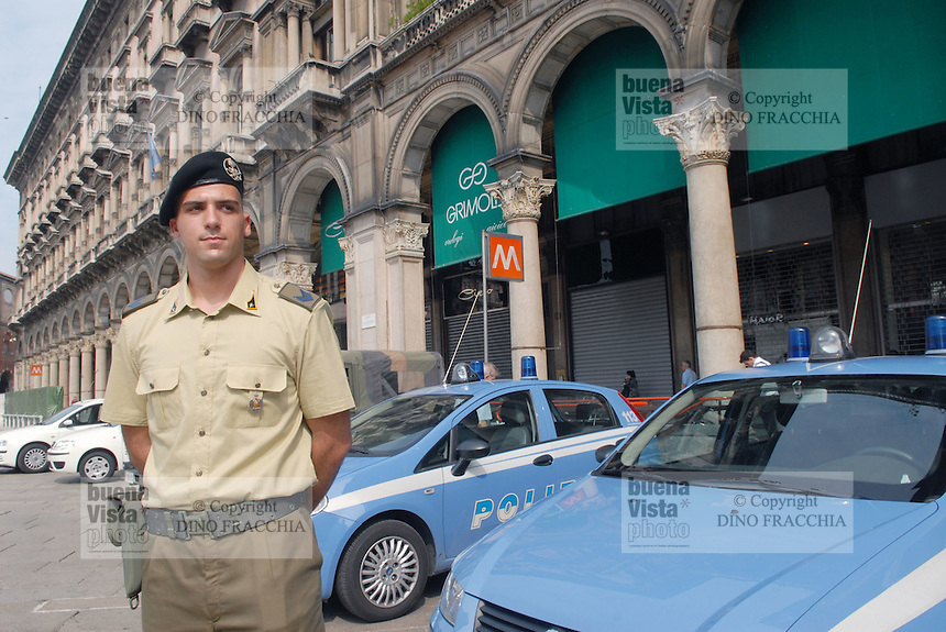 - soldiers in security service in Duomo Square....- militari  in servizio di sicurezza in piazza del Duomo