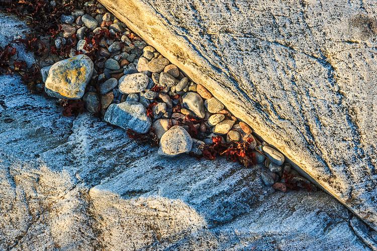 Små stenar i skreva vid klipphäll i Stockholms skärgård.