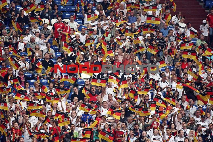 UEFA Euro 2008 Test - Deutschland (GER) vs. Serbien ( SRB ) 2 - 1 am 31.05.2008 in Gelsenkirchen - Auf Schalke<br /> Freundschaftsspiel - Friendlymatch<br /> <br /> Fans jubeln vor dem Anpfiff und wedeln mit F&auml;hnchen.<br /> <br /> Foto &copy; nph (  nordphoto  ) *** Local Caption ***