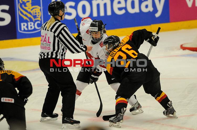 28.03.2015, Rosengards Ishall, Malm&ouml; , SWE, IIHF Eishockey Frauen WM 2015, Deutschland (GER) vs Schweiz (SUI), im Bild Stefanie MARTY (#9, Linkopings HC) und Monika BITTNER (#26, ESC Planegg) beim Bully<br /> <br /> ***** Attention nur f&uuml;r redaktionelle Berichterstattung *****<br /> <br /> Foto &copy; nordphoto / Hafner