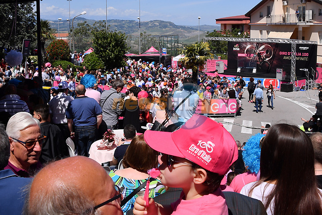 Sign on before the start of Stage 9 of the 100th edition of the Giro d'Italia 2017, running 149km from Montenero di Bisaccia to Blockhaus, Italy. 14th May 2017.<br /> Picture: LaPresse/Gian Mattia D'Alberto | Cyclefile<br /> <br /> <br /> All photos usage must carry mandatory copyright credit (&copy; Cyclefile | LaPresse/Gian Mattia D'Alberto)