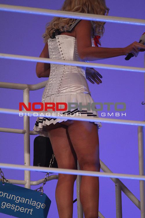 27.11.2010, Olympia Schwimmhalle, Muenchen, GER, TV Total Turmspringen, im Bild Sonja Kraus geht vom Sprungturm , Foto © nph / Straubmeier