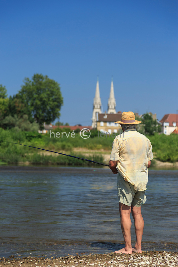 France, Allier (03), Moulins, la ville et l'Allier en été, pêcheur // France, Allier, Moulins, the city and the Allier river in summer, fisherman