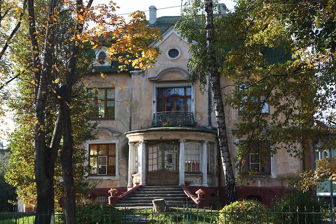 Eine Villa am Prospekt Pobedy. Entlang der alten Alleen sind besonders viele Prachtbauten erhalten. Amalien eine Stadtteil im alten Königsberg, heute Kaliningrad.